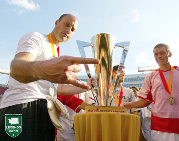 Kasey Keller prepares to lift the CONCACAF Gold Cup.